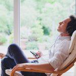 Entspannungsmusik Mann Sessel Zu Hause