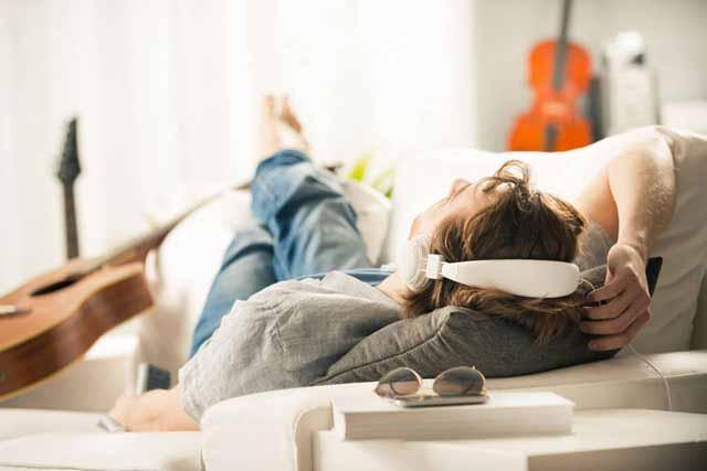 Meditationsmusik Mann Sofa